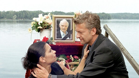 """Unter den Augen des vermeintlich """"toten"""" Dr. Maximilian Haller kommen Dr. Peter Haller (Dominic Raacke) und Stella Gandolfi (Sandra Speichert) sich näher."""