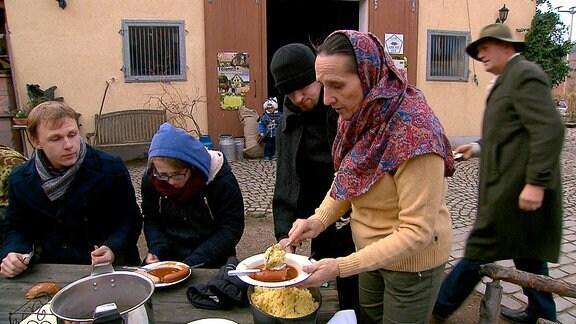 Elsbeth verteilt Couscous vor der Wanderung.