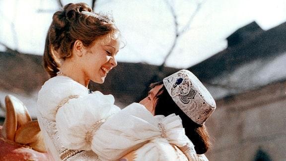 Endlich kann der Prinz (Pavel Trávnícek) sein Aschenbrödel (Libuse Safránková) in die Arme schließen.