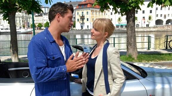 Die Konditorin Paula (Eva Herzig) findet Gefallen an dem charmanten Bootsbauer Lukas (Hardy Krüger, jr.)