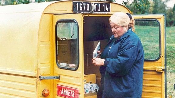 Margret an ihrem Postauto.