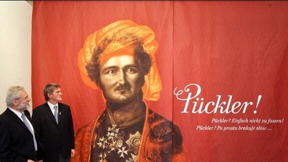 Die ersten Besucher des Neuen Schlosses im sächsischen Bad Muskau betrachten in der neuen Dauerausstellung über den Park und seinen Schöpfer Hermann Fürst von Pückler-Muskau (1785-1871) ein Porträt.