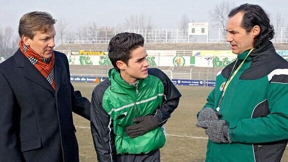 Der junge Fußballspieler Ingmar Streibel (Maximilian Befort, mi.) bekommt beim Training Herzbeschwerden. Sein Vater Falko (Lutz Blochberger, li.) sucht die Schuld bei Ingmars Trainer Bernd Hüsche (Silvan-Pierre Leirich, re.)
