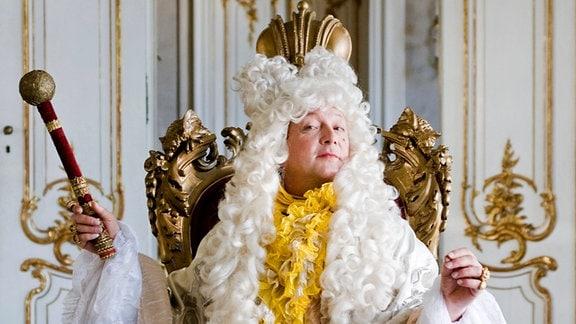 Seht mich an! Während sein Volk hungert, gibt Friedhelm der Fesche (Matthias Brandt) Unsummen für Garderobe und Geschmeide aus.