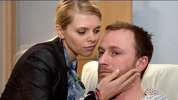 Stefanie Kerr (Anne-Sophie Briest) und Hajo Hausmann (Florian Reiners)