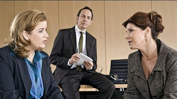 v.l.: Sarah Marquardt (Alexa Maria Surholt), Gesundheitsdezernent Frahm (Moritz Lindbergh) und Dr. Vera Bader (Claudia Wenzel)