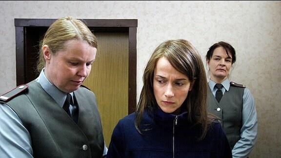 Bettina (Claudia Michelsen) wird ins Gefängnis gebracht.