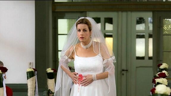 In der Nacht vor ihrer Hochzeit hat Sarah (Alexa Maria Surholt) einen Traum... sie hat Blut am Kleid. Als sie aufwacht ist Benjamin da und versucht sie zu beruhigen.