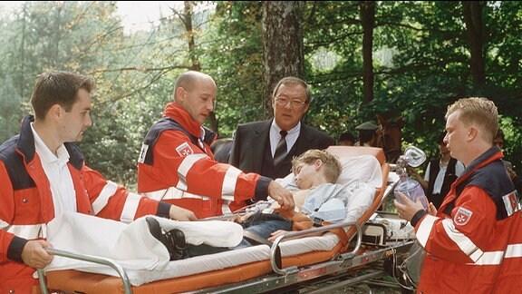 Jaecki Schwarz als Kommissar Schmücke und Frederik Abrahams als Jonas Köhler