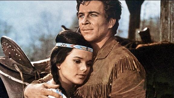 Der junge Pelztierjäger Jeff Brown (Götz George) und die hübsche Siedlerstochter Apanatschi (Uschi Glas)