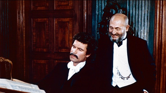 Herzog Ernst II. (Rolf Hoppe, r.) macht Johann Strauss (Oliver Tobias) zum sächsischen Staatsbürger.