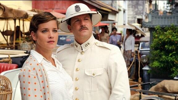 Eine Frau und ein Mann stehen nebeneinander auf einer Straße in Java.