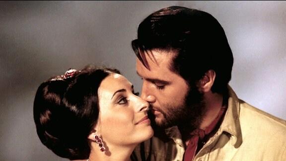 Jess (Elvis Presley) und die Hotelbesitzerin Tracey (Ina Balin).