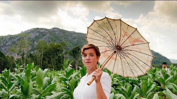 Hellen Landgraf (Muriel Baumeister) führt eine Tabakplantage in Batavia.