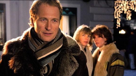 Silke (Anna Stieblich) trifft fast der Schlag, als sie im Urlaub mit ihrer Freundin Barbara (Maruschka Detmers, re.) in einem Hotelgast (Markus Knüfken) ihren verstorbenen Mann Hermann wiederzuerkennen glaubt.