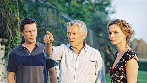 Commissario Laurenti (Henry Hübchen, Mitte) erläutert seinem Assistenten Antonio (Florian Panzner) und seiner Kollegin Marietta (Catherine Flemming) seine Theorie des mysteriösen Mordfalls.