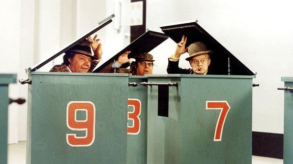 Egon (Ove Sprogöe, re.) lässt sich mit seinen beiden Kumpanen Benny (Morten Grunwald, li.) und Kjeld (Poul Bundgaard) in der Kopenhagener Filiale der Weltbank einschließen.