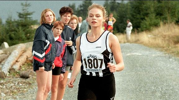 Der russischen Läuferin Olga (Susanna Simon) fällt es schwer, ihre Sportlerehre für Geld zu verkaufen.