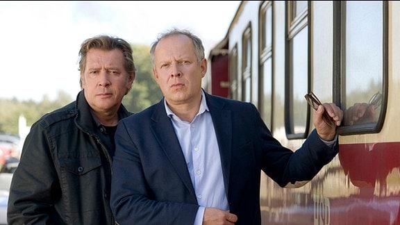 Ein ungleiches Duo: Ex-Kommissar Piet Becker (Jan Fedder, li.) und sein leichtlebiger Halbbruder Hannes (Axel Milberg).