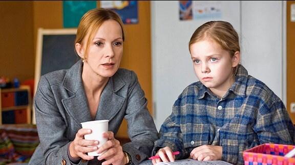 Staatsanwältin Charlotte Reinke (Katja Flint) versucht einen Zugang zu der kleinen Laura (Paula Hartmann) zu bekommen