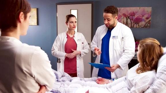 Julia Berger und Dr. Moreau am Krankenbett von Chrissi Menz