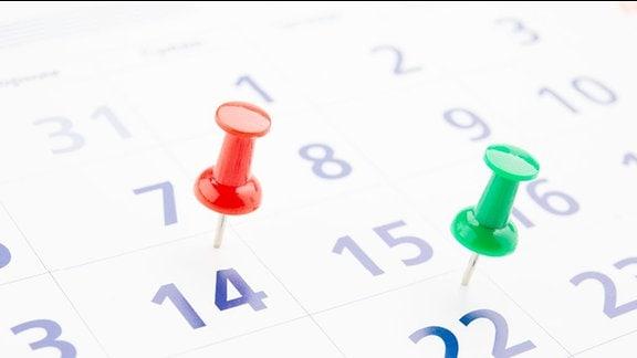 Kalenderblatt mit zwei Pinnadeln