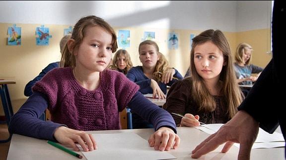 Merle (Greta Bohacek) und Talissa (Franziska Neiding) vor ihrer Mathearbeit.