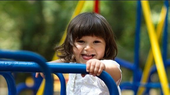 ein kleines Mädchen freut sich beim Spielen