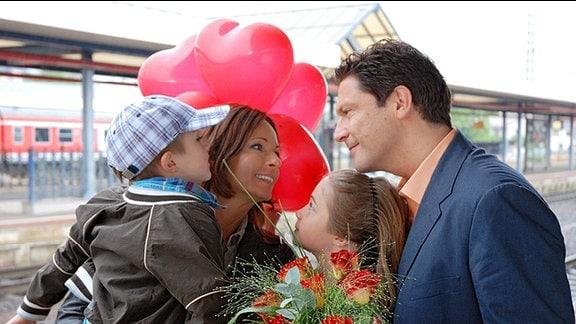 Dr. Christian Kleist, die Kinder Paul und Clara empfangen Marlene am Bahnhof in Eisenach.