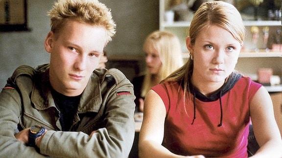 Die Schüler Alexander (Christian Blümel) und Lilly (Pauline Knof) sagen bei der Befragung aus, nichts gesehen zu haben.