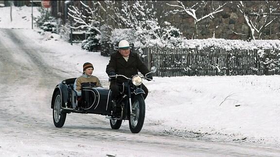 Krause (Horst Krause) und Maries Sohn Fabian (Enno Trebs) fahren Motorrad mit Seitenwagen.