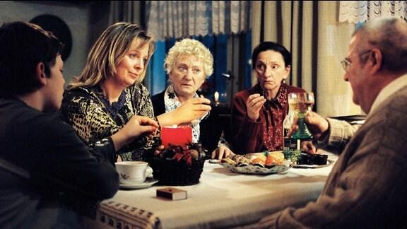 """""""Auf die Liebe"""" stößt Marie Dost (Gabriela Maria Schmeide, 2.v.l.) mit Horst Krause (Horst Krause) an. Dessen Schwestern Elsa (Carmen-Maja Antoni, 2.v.r.) und Meta (Angelika Böttiger) sind ebenso argwöhnisch wie Maries Sohn Fabian (Enno Trebs, l.)."""