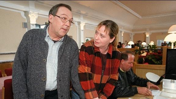 Rosamunde Weigand (Marie Gruber) nimmt auch die Fingerabdruecke von Kommissar Herbert Schmuekke (Jaecki Schwarz), der sich Undercover als Patient in der Klinik befindet.