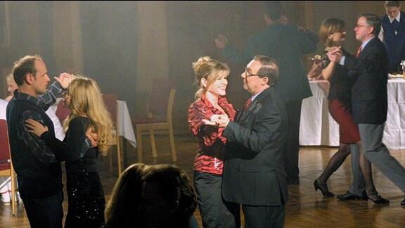 Valentin Kleefisch (Oliver Stokowsk),Tanzpartnerin Kleefisch (Kathrin Schlenstedt), Dorle Mikisch (Anne Kasprik), Herbert Schmuecke (Jaecki Schwarz) v.l.n.r