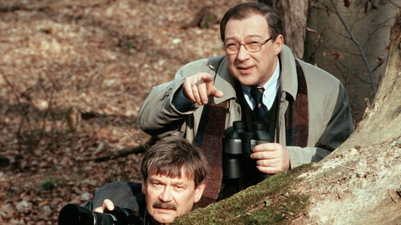 Die Kommissare Schneider (Wolfgang Winkler, li.) und Schmücke (Jaecki Schwarz) observieren einen Verdächtigen.
