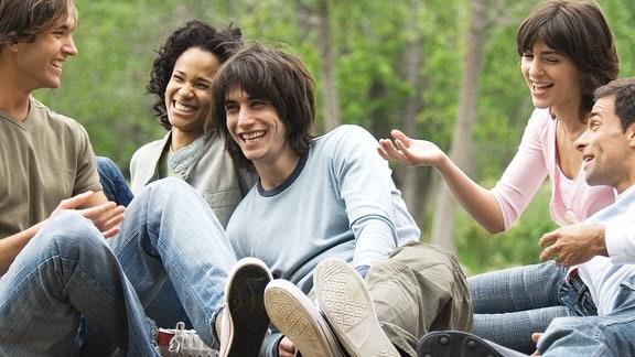 eine Gruppe lachender, junger Leute