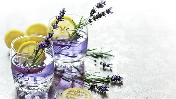 35418838 Getränk mit Zitrone und Lavendelblüten