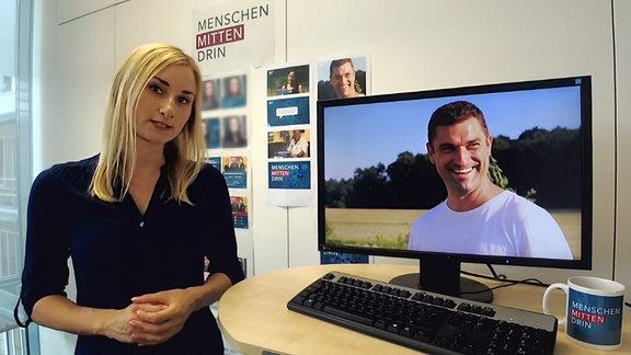 Blonde Frau mit Monitor in einem Büro.