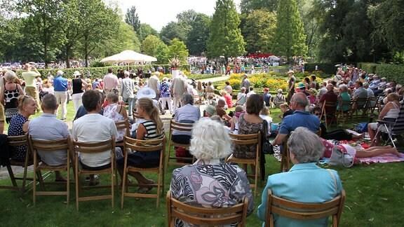 Menschen sitzen in einem Park zusammen