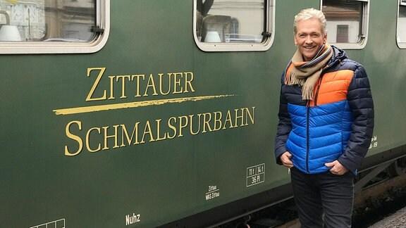 Olaf Berger vor einem Waggon der Zittauer Schmalspurbahn