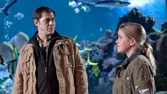 Finn Kiesewetter (Sven Martinek, l.) und Kollegin Sandra Schwartenbeck (Marie-Luise Schramm, r.) ermitteln im Lübecker Aquarium.