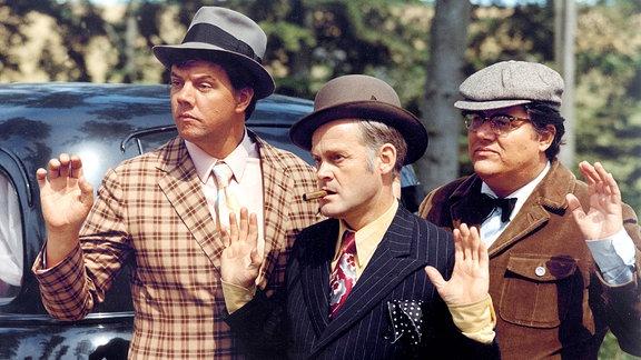 Egon Olsen (Ove Sprogöe, Mitte) und seine Kumpanen Benny (Morten Grundwald, li.) und Kjeld (Poul Boungaard) geben sich geschlagen.