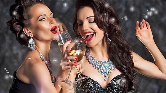 Zwei junge Frauen mit Sektgläsern