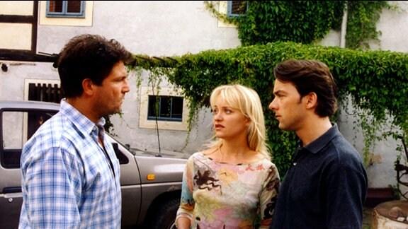 Christine Grasser (Eva Herzig) zwischen zwei Männern: nach der ersten Annäherung mit Markus (Francis Fulton-Smith, links) taucht unverhofft ihr Verlobter Alexander (Alexander Lutz, links) auf.