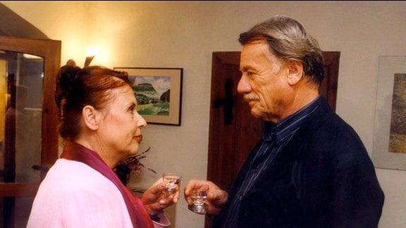 Die Ausstellung mit den Werken von Georg (Franz Buchrieser) war ein großer Erfolg, den er mit Ilse (Ursula Karusseit) feiern möchte. Ilse fühlt sich geschmeichelt.