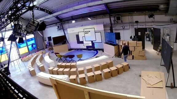 Studio mit Leinwand und Boxen