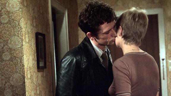 Madäus (Peter Reusse), küsst seine Frau (Barbara Dittus).