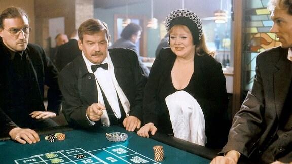 Schneider (Wolfgang Winkler) und Gerti Dreews (Franziska Troegner) amüsieren sich in einer illegalen Spielhölle - natürlich nur zu Ermittlungszwecken.