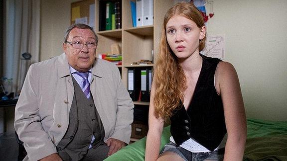 Schmücke (Jaecki Schwarz, links) befragt Nele (Isolda Dychauk, rechts) zu Ankas Internet-Freund.