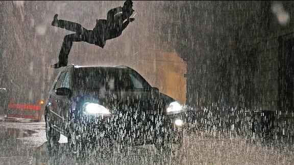 Johannes Steuben will an diesem dunklen und regnerischen Abend gerade die Straße überqueren, als plötzlich ein PKW Gas gibt und mit aufgeblendetem Fernlicht heranrast. Steuben wird erfasst, nach vorn geschleudert und überrollt.